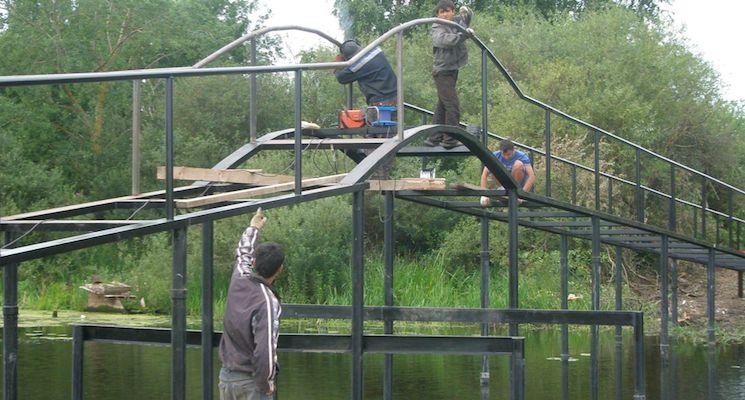 Строительство моста на винтовых сваях