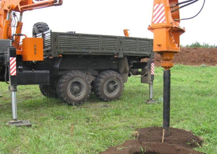 Закручивание винтовых свай с помощью УБН-85